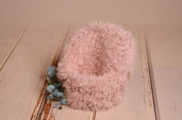 Armchair with pink cover with feathers