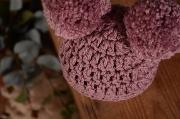 Gorro con pompones rosa palo
