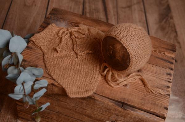 Justaucorps en mohair et bonnet marron terre