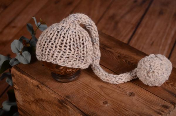 Bonnet en laine long avec un pompon blanc écru