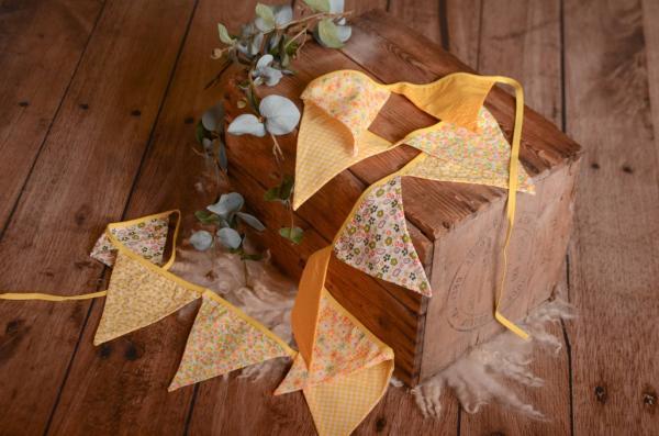 Fanion décoratif jaune