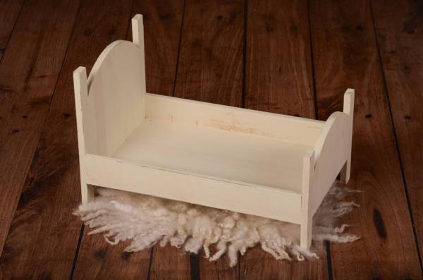 Rustikales Bett mit rundem Bettkopfteil in Vanille