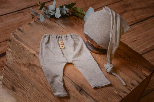Pack grey smooth trousers and long hat