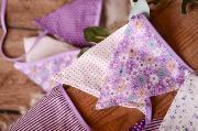 Dekorative Wimpelkette in Violett