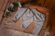 Pack de pantalón y gorro largo de punto con nudo gris