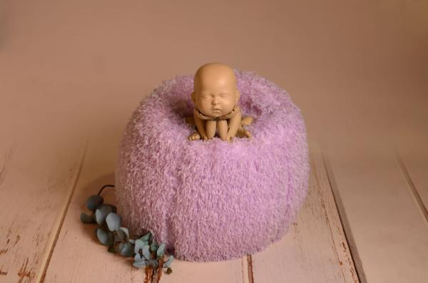 Multiposition puff with lilac cover with feathers