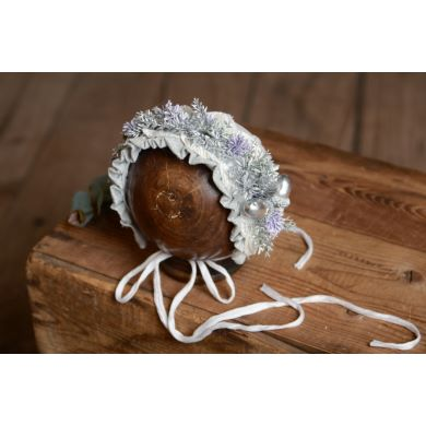 Silver and lilas flower bonnet