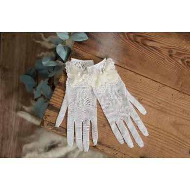 Weiße Handschuhe mit Schmetterling und Perlen