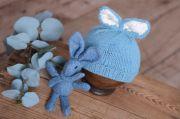 Berretto con orecchiette da coniglio e peluche azzurro