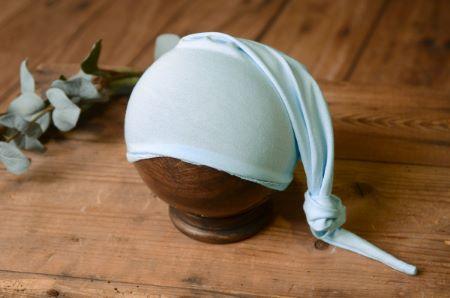 Strickmütze mit Knoten in Hellblau