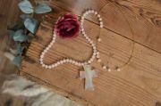 Croce in alabastro bianco sporco