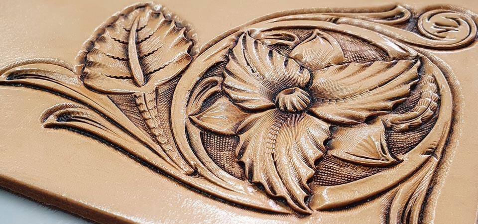 Apprendre le repoussage du cuir avec un expert