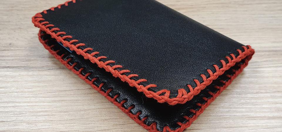 Tressage à 2 boucles sur les tranches d'un porte-cartes en cuir