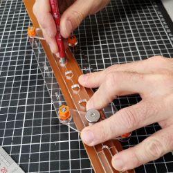Gabarit auto-centrage pour trous de ceinture - Deco Cuir
