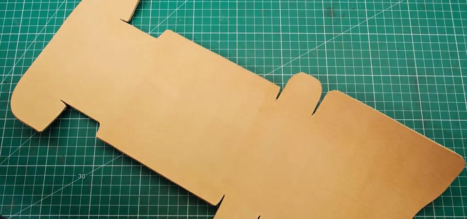 découper les pièces de cuir