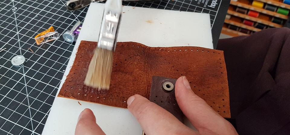 coller carré en cuir