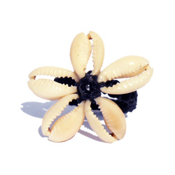 Bague Fleur en coquillage Cauris et macramé Taille 56