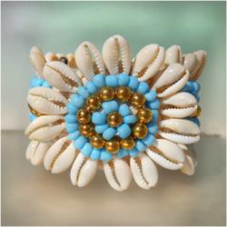 Bracelet Original Fleur en Crochet et Coquillages Cauris Perles Bleues et dorées