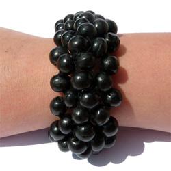 Bracelet noir en bois composé de petites perles rondes