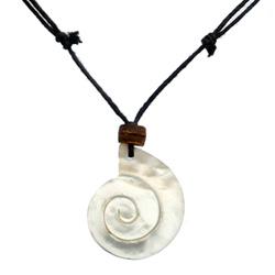 Collier cordon avec Pendentif en nacre claire en forme de coquillage Spirale