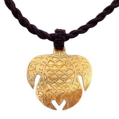Collier Pendentif Tortue marine en nacre jaune - Pendentif tortue artisanal, Nacre gravée à la main.