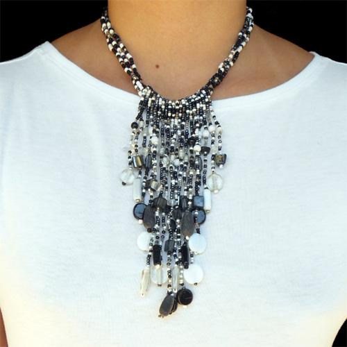 Collier breloque en perles de rocaille verre résine pierres et nacre noir blanc gris