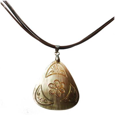 Collier pendentif en nacre Triange avec gravure Petite Fleur