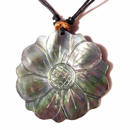 Collier cordon noir avec Pendentif artisanal Fleur en nacre gravée