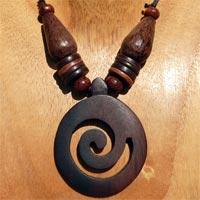 Colliers en bois naturel style ethnique en vente dans la boutique en ligne Matajava