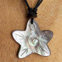 Collier sur cordon petit pendentif étoile de mer en nacre naturelle