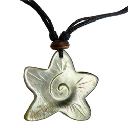 Pendentif artisanal en nacre claire Petite étoile de mer avec spirale