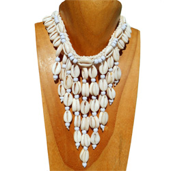 Collier en crochet plastron et breloque de coquillages cauris