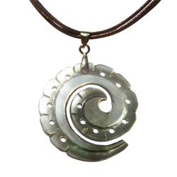 Collier pendentif spirale en nacre gravée
