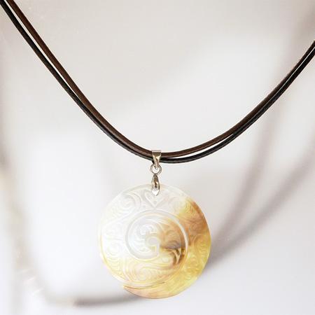 Collier Pendentif Spirale gravée en nacre blanche et jaune