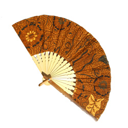 Eventail Large en Bambou et Batik Tons Marron Clair - Artisanat Indonésie