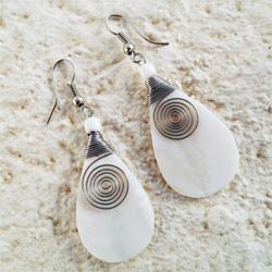 Boucles d'oreilles Gouttes en Nacre Blanche avec Spirale en Métal Artisanat de Bali