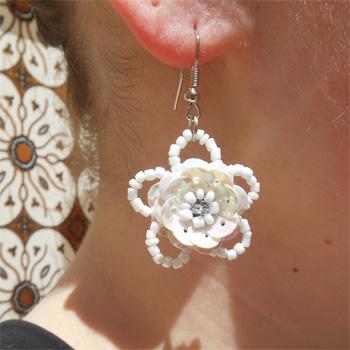 Boucles d'oreilles Fleurs Blanches en perles de rocaille et sequins