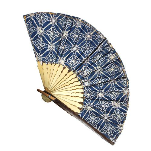 Eventail Large en Bambou et Batik Motifs Bleus - Artisanat Indonésie