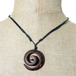 Pendentif en noix de coco artisanal Spirale sur collier en cordon ajustable