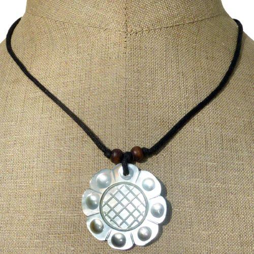 Collier pendentif original fleur traditionelle en nacre naturelle sculptée