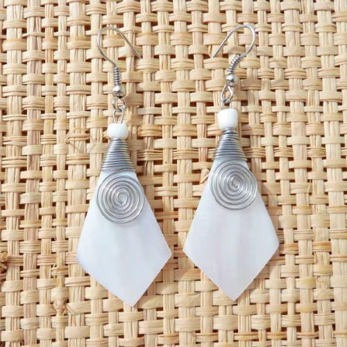 Boucles d'oreilles en Nacre Blanche avec Spirale en Métal Forme Kite