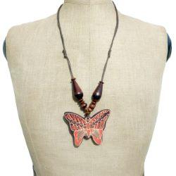 Collier en bois mi-long Pendentif Papillon décor en Batik Artisanal