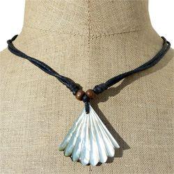 Collier pendentif original en nacre naturelle sculptée