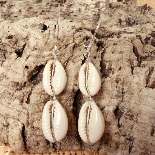Boucles d'oreilles avec 2 Cauris sur fil argenté - Artisanat de Bali