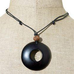 Collier original sur cordon pendentif rond en bois teinté