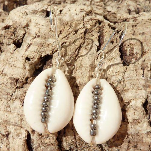 Boucles d'oreilles Cauris avec perles de rocaille argentées - Artisanat de Bali