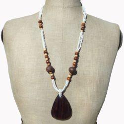 Collier en Bois long pendentif bois foncé perles de rocaille blanches