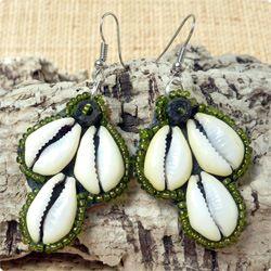 Boucles d'oreilles Originales pendantes Cauris et perles de rocaille vertes
