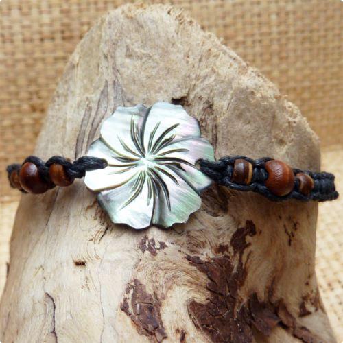 Bracelet fleur d'hibiscus en nacre gravée sur cordon noir tressé
