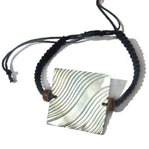 """Bracelet médaillon en nacre claire """"Vagues""""sur cordon tressé ajustable"""